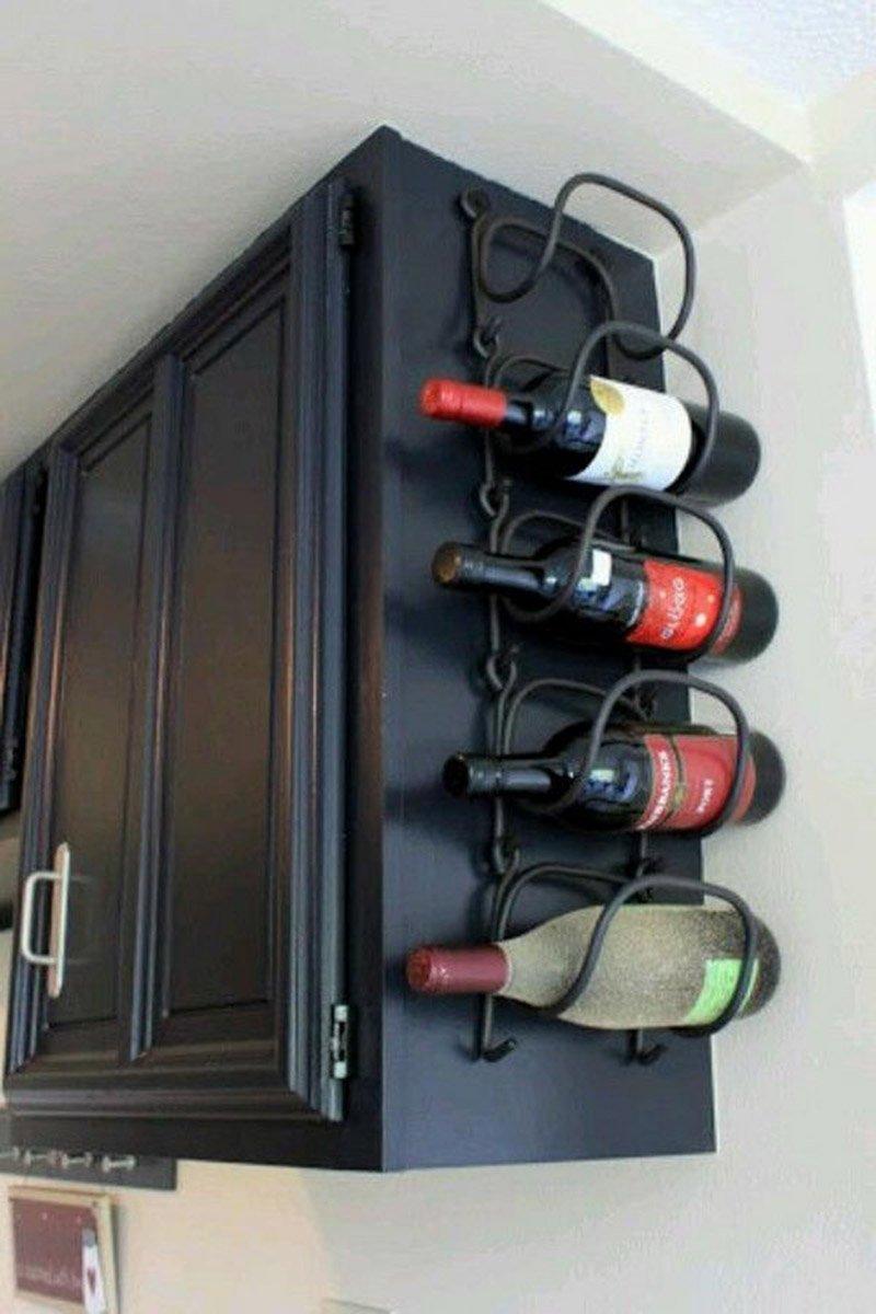 бутылки на стенке шкафчика