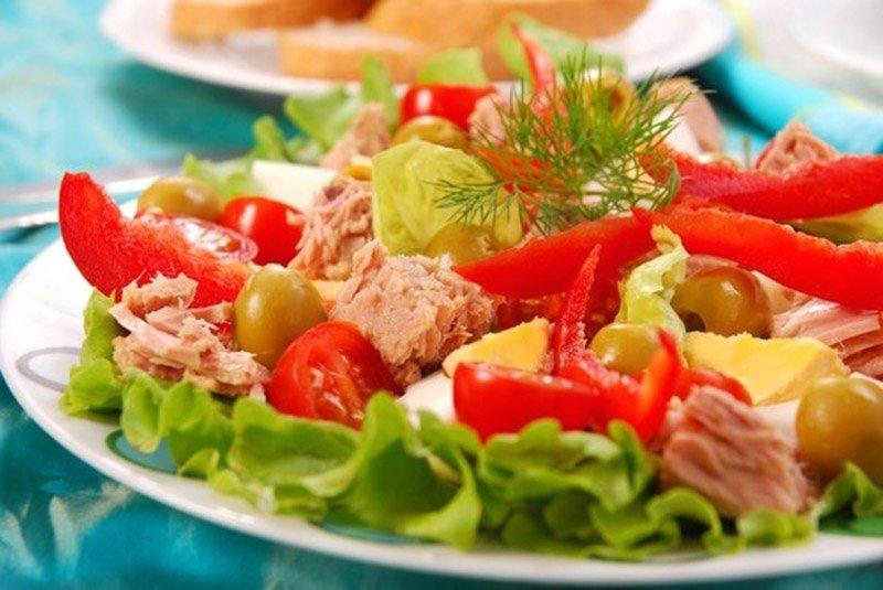 салат из овощей и тунца