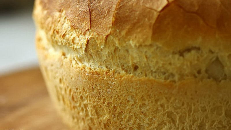 свежий хлеб на столе