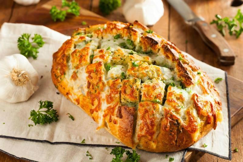 запеченный хлеб с чесноком и зеленью