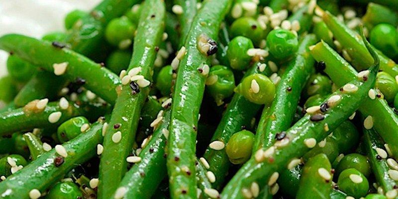 зеленый горошек с кунжутом и овощами