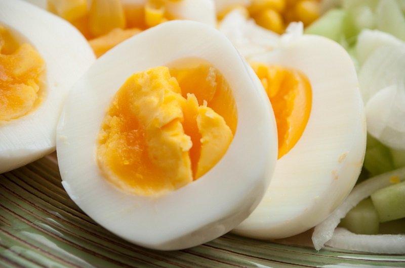 варенные вкрутую яйцами