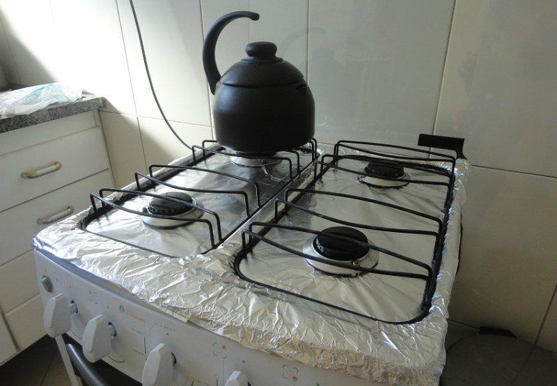 застелить плиту фольгой