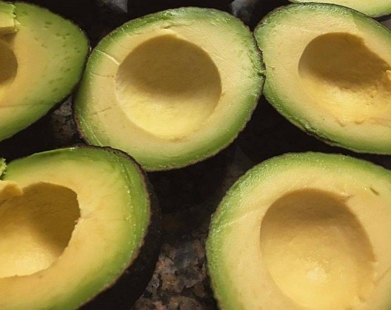 как вытянуть косточку с авокадо