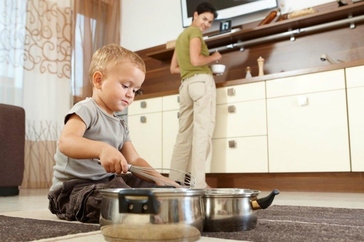 ребенок замешивает тесто