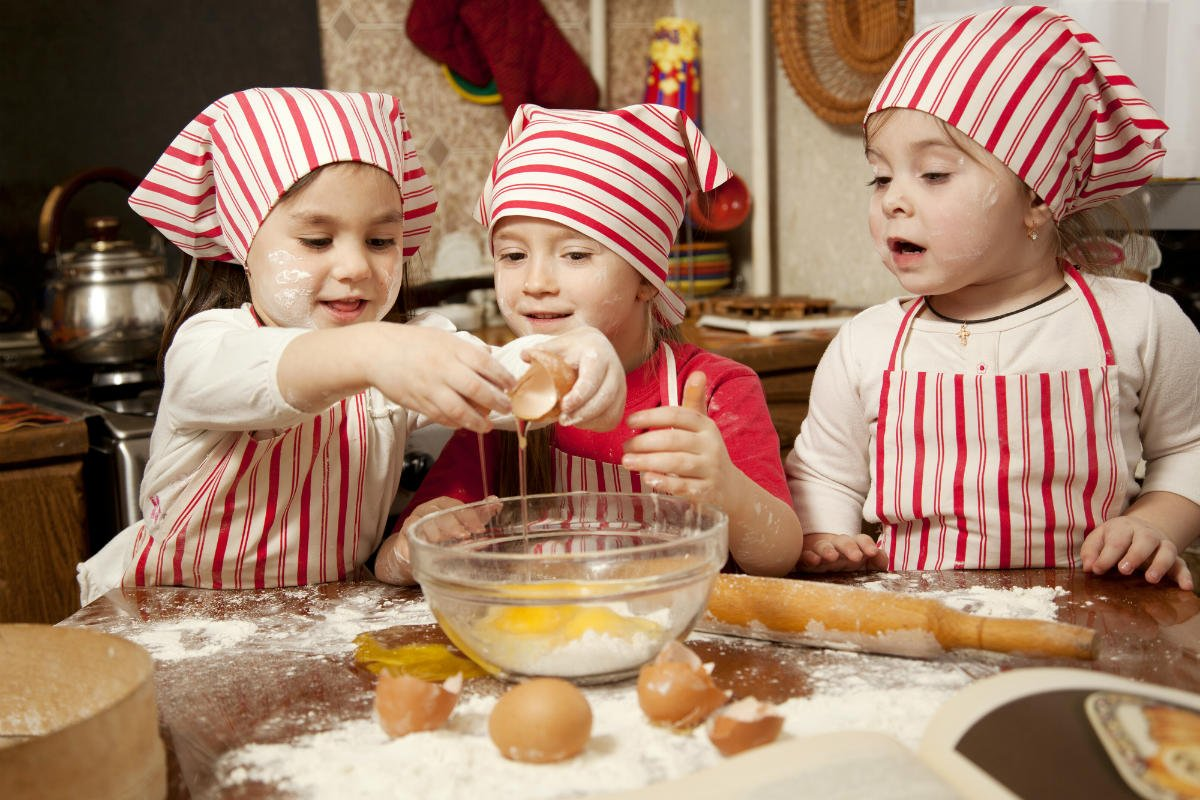 дети готовят печенье