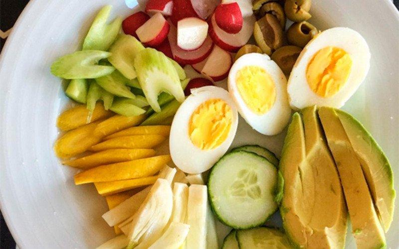 отварные яйца с салатом