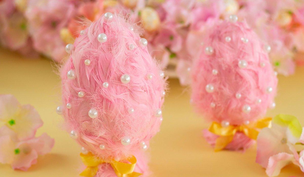 розовое яйцо в перьях
