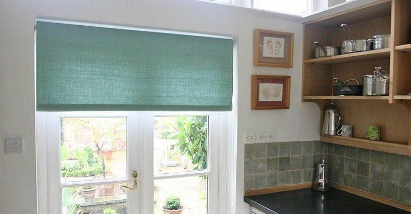 рулоны на окнах кухни