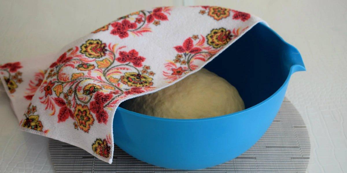 дрожжевое тесто под полотенцем