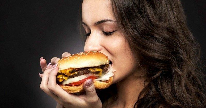 dziewczyna z burgerem