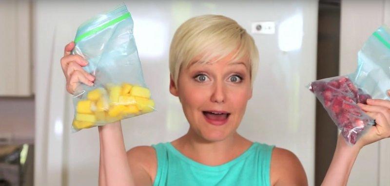 женщина с замороженными фруктами фото