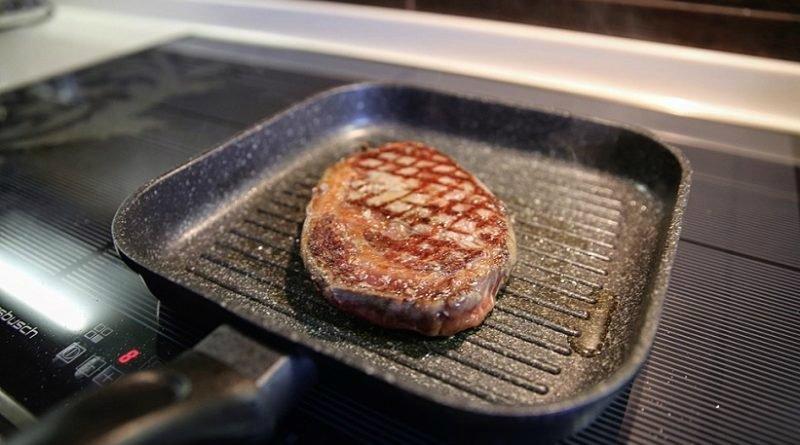 мясо в сковороде