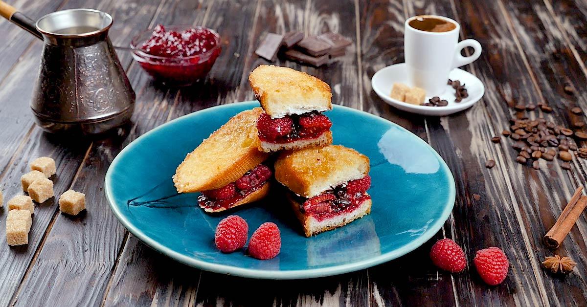 тост с ягодами