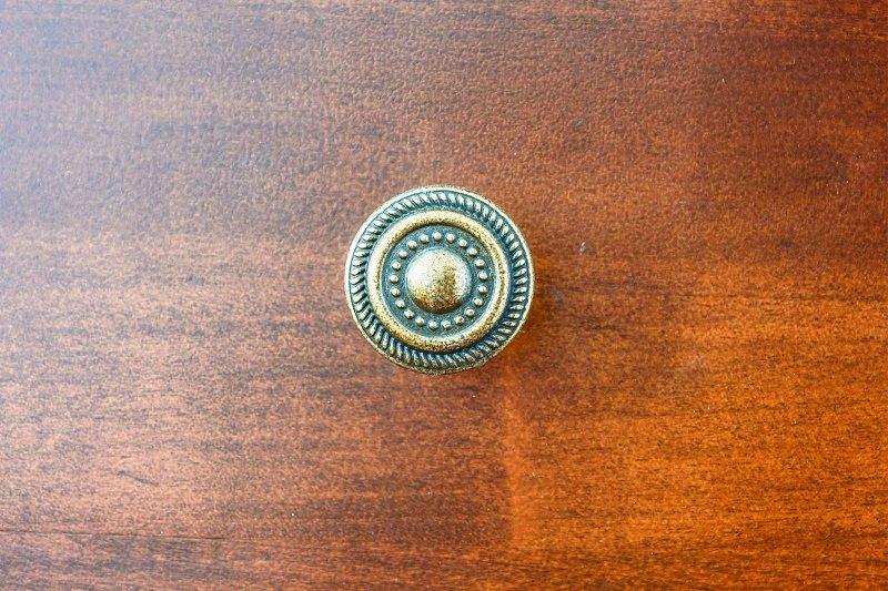 ручка на тумбе фото