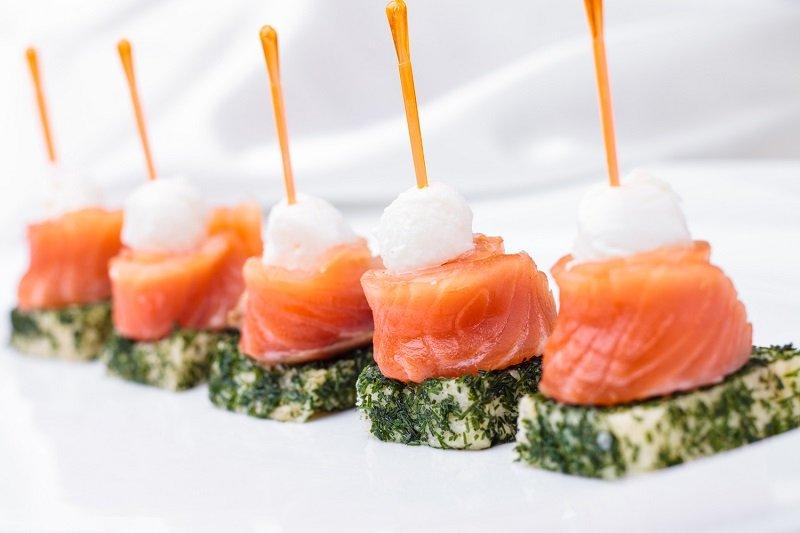 kanapki z czerwoną rybą zdjęcie