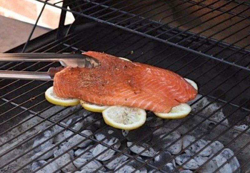красная рыба на гиле фото