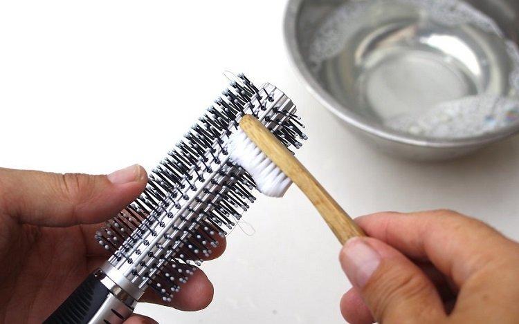 Использование жидкости для мытья посуды, мытье расчесок