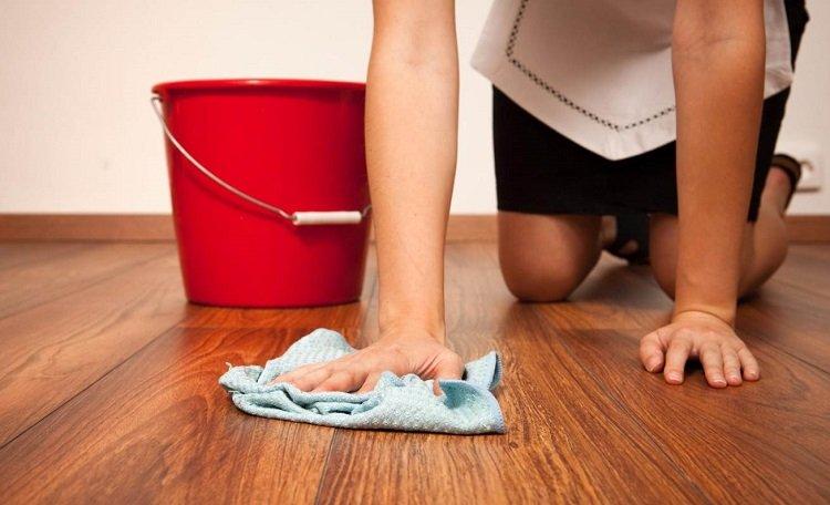 Использование жидкости для мытья посуды, уборка пола