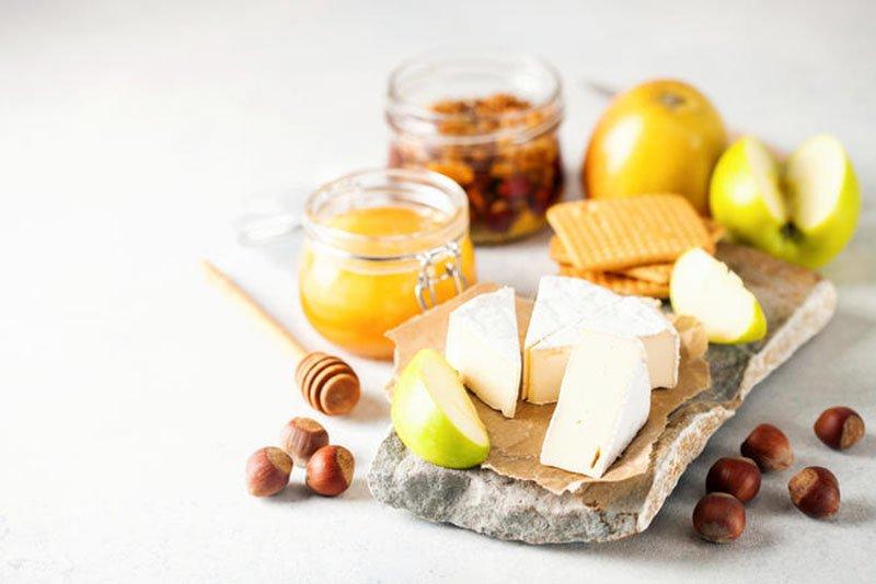 как подавать сыр бри