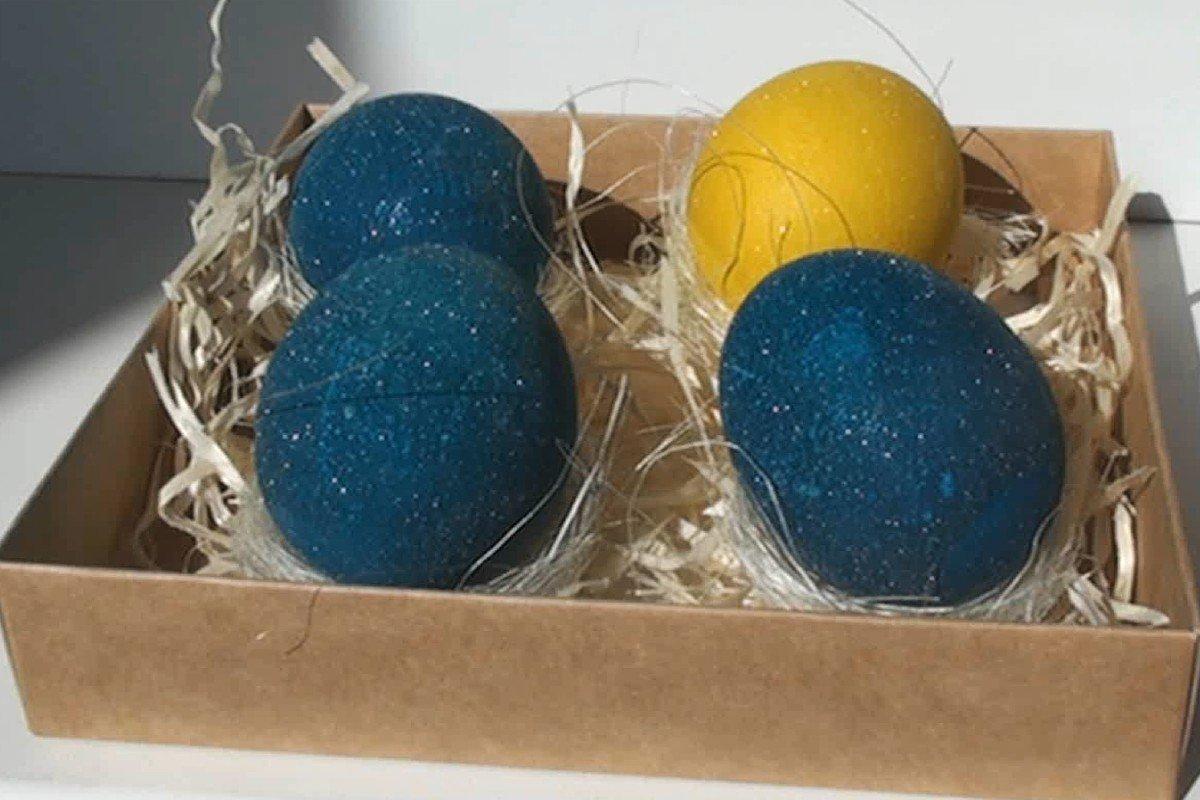 Как красиво покрасить яйца на Пасху с помощью вина