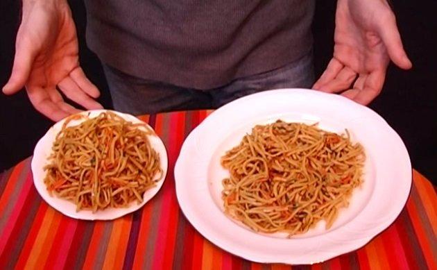 маленькая и большая тарелки с едой