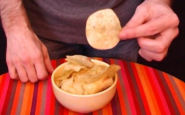 чипсы в руке