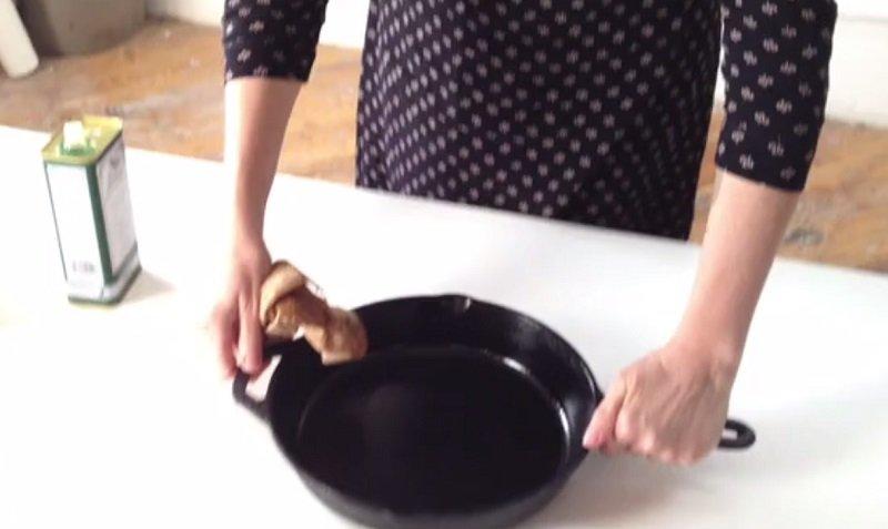 очистити чавунну сковороду фото