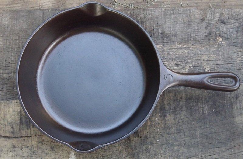 очистить чугунную сковороду