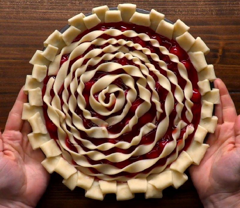 украшение пирога фигурными тестяными накладками