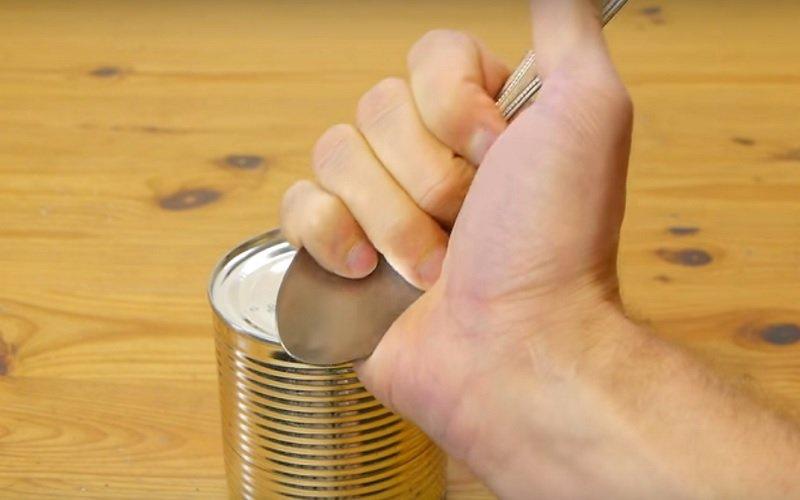 как открыть консервную банку без ножа