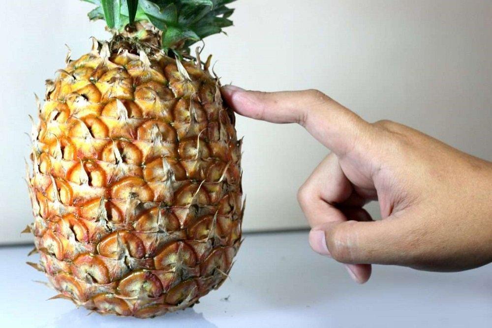 выбирать ананас