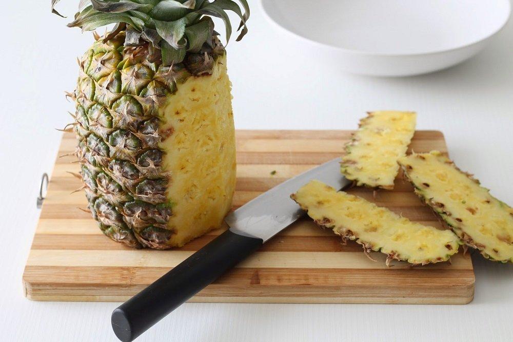 чистить ананас