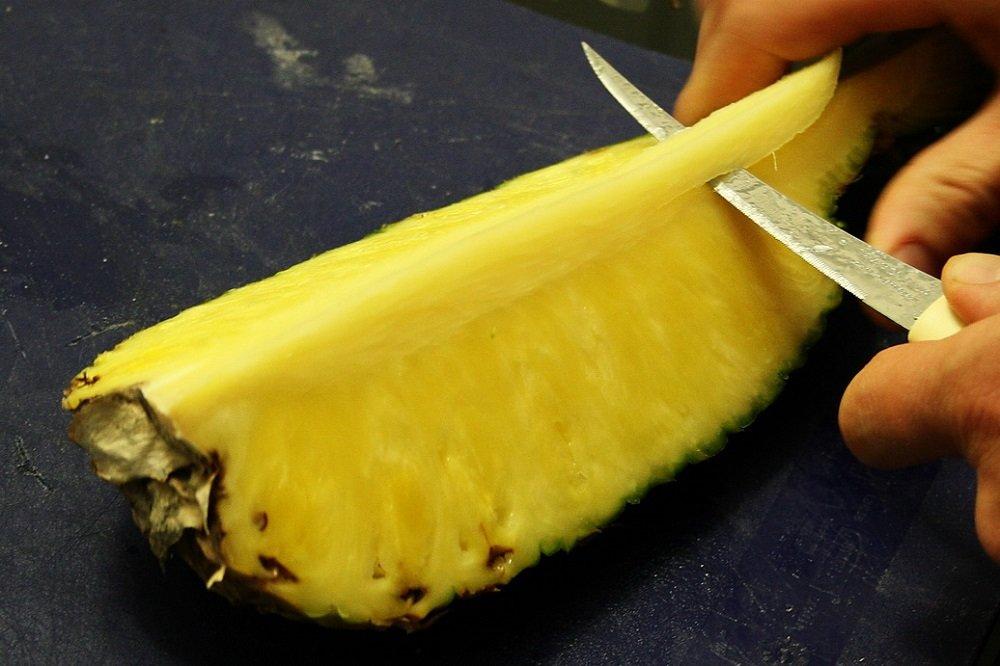удалять сердцевину ананаса