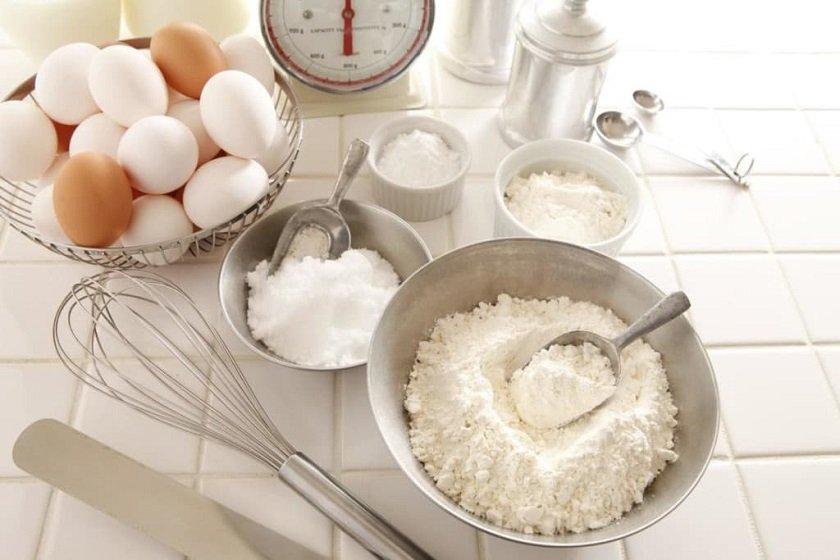 смешивать муку и сахар для бисквита