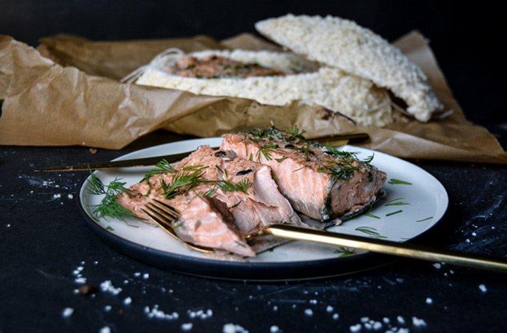 Как приготовить красную рыбу, рыба, запеченная в соляной корке