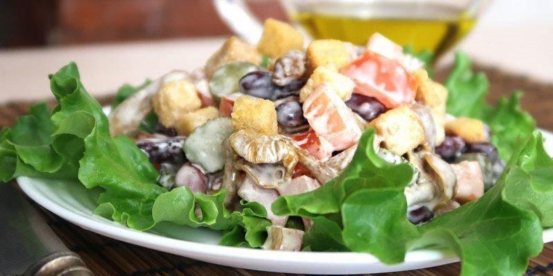 грибной салат с сухариками