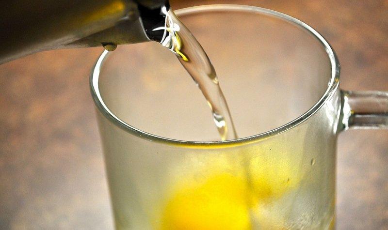 вода с лимоном в кастрюле