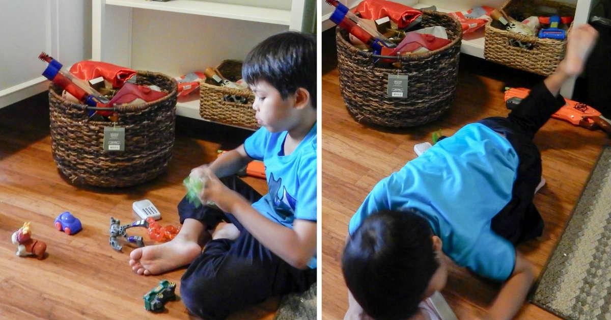 мальчик убирает в комнате