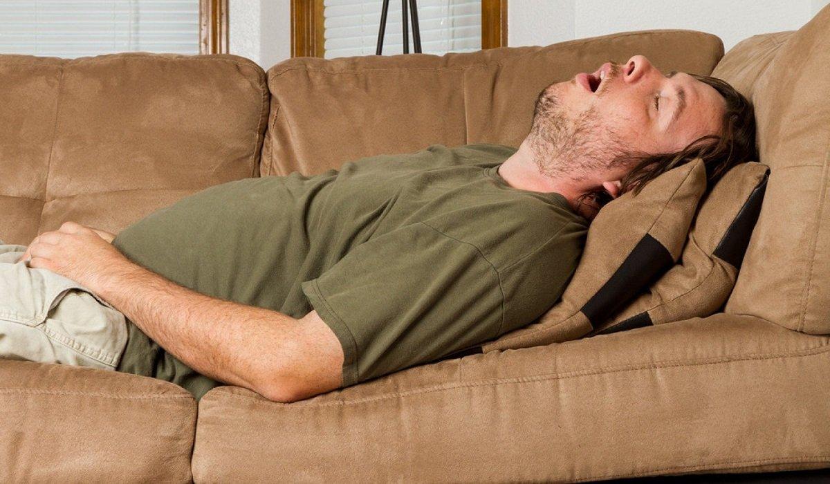 Лікар-реабілітолог розповів мені, чому треба спати з подушкою між ніг? Багато людей про це навіть не замислюються!