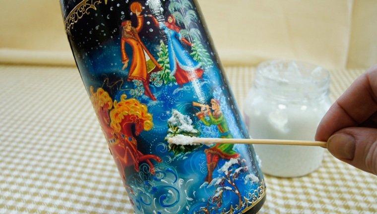 нанесение кисточкой краски на бутылку