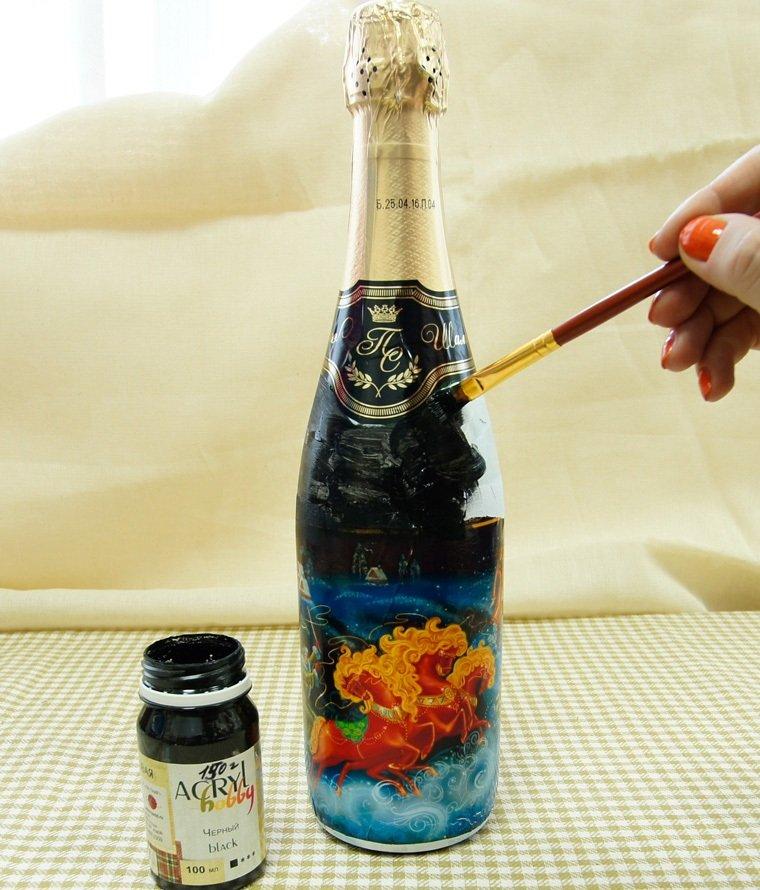 нанесение клея на бутылку