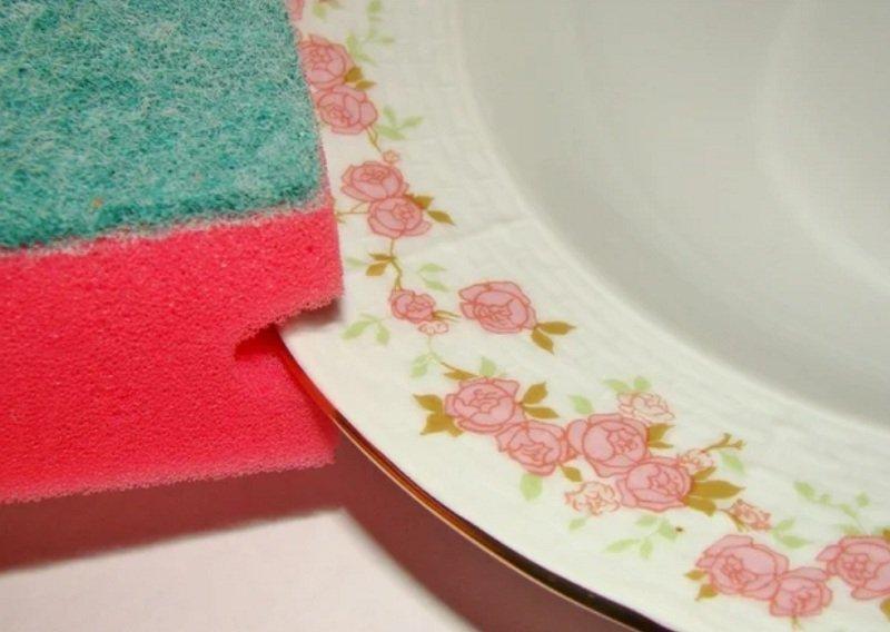 мытье тарелки губкой изображение