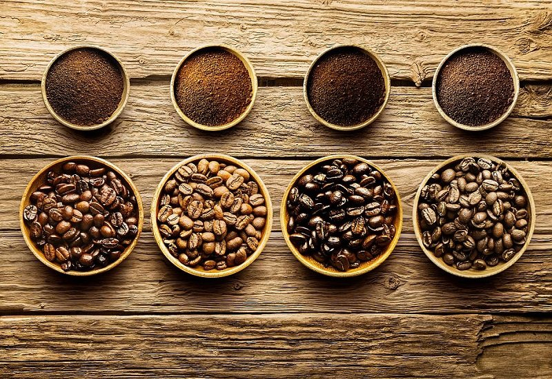 кофейные зерна в пиалах