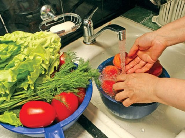 мыть овощи