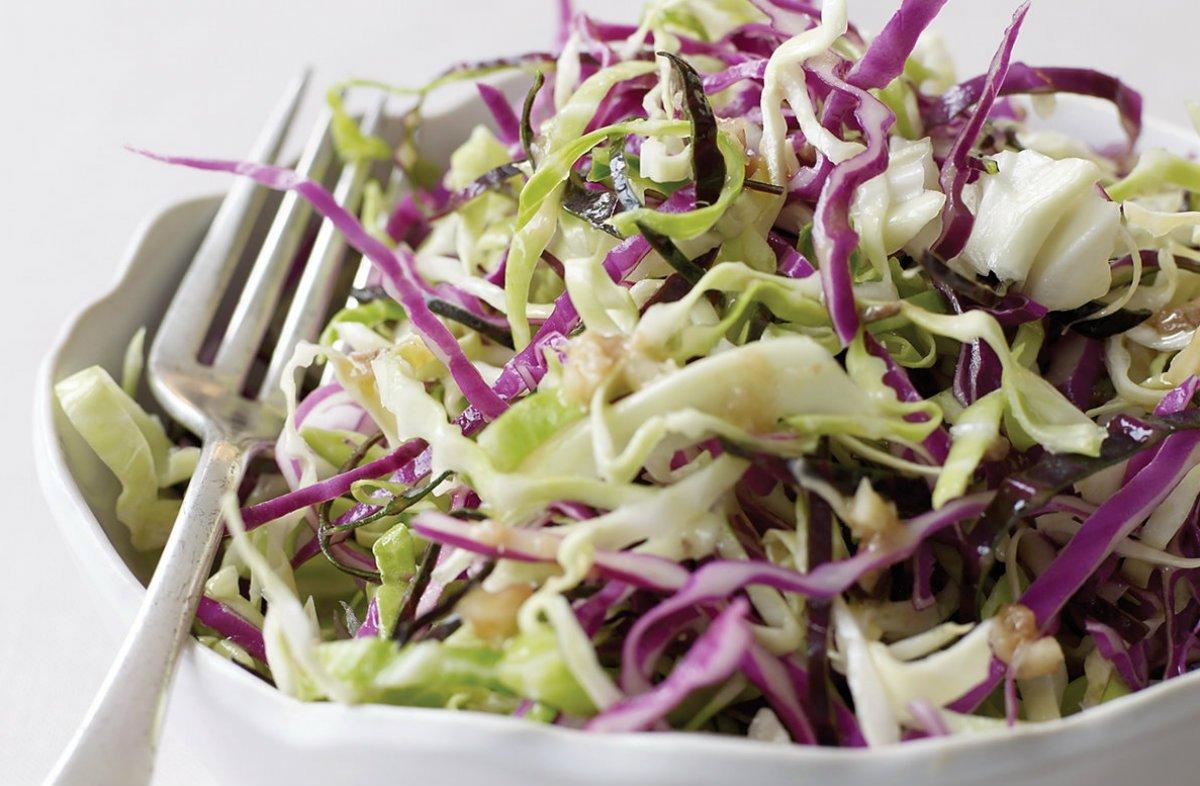 салат з червоної і білої капусти