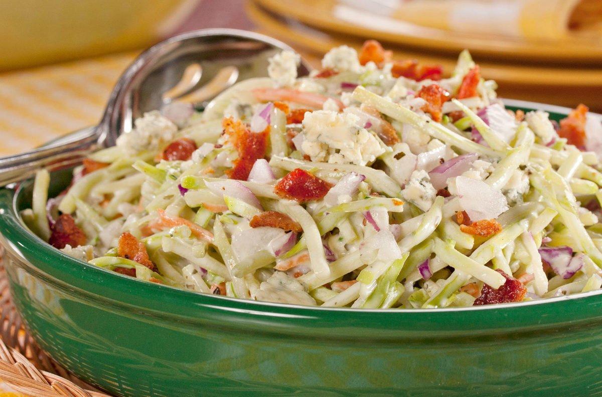 салат з капусти з беконом і сиром