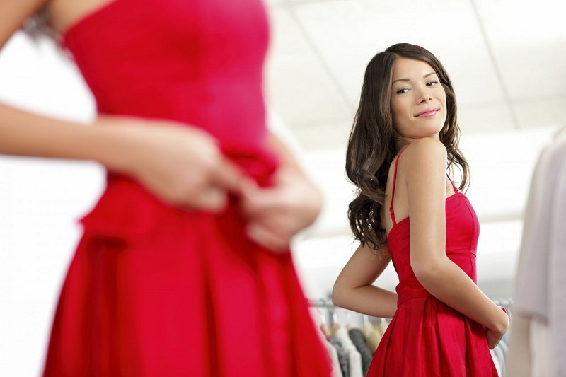 девушка в красном платье фото