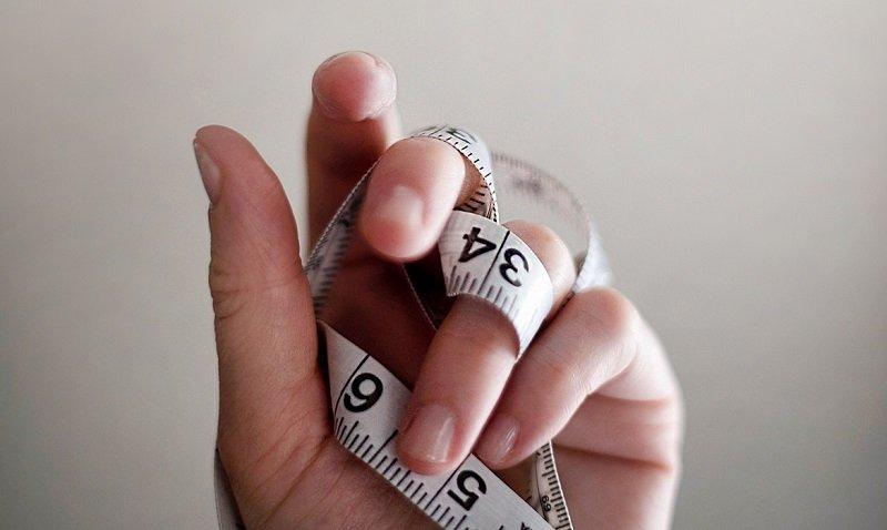 сантиметровая лента в руке фото