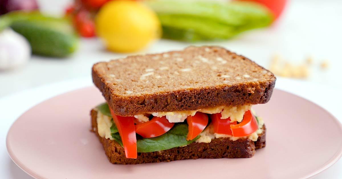 сэндвич с болгарским перцем и хумусом